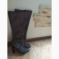 Женские бежевые сапоги бренда Basconi на высоком каблуке